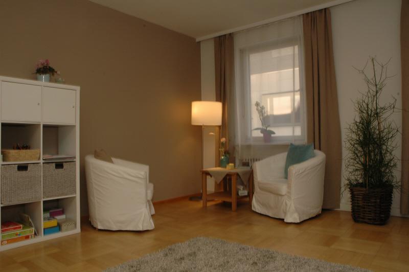 Sonstiges Zimmer mit Gewölbedecke, Hartholzboden, Natürliches Licht