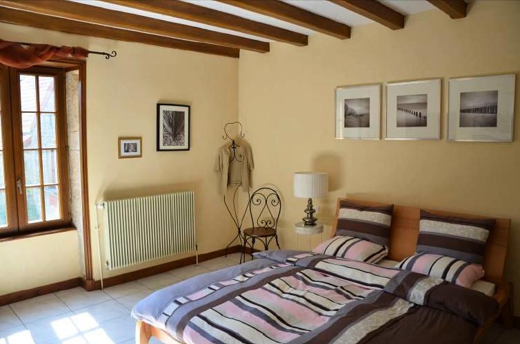 Schlafzimmer mit Fliesenboden, Balkendecke, Natürliches Licht
