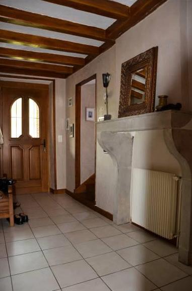 Foyer mit Fliesenboden, Balkendecke, Natürliches Licht