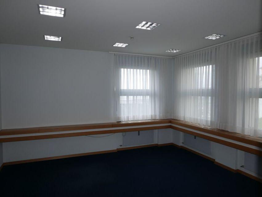 Leeres Zimmer mit Teppich, Natürliches Licht