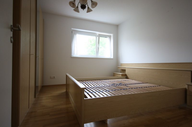 Schlafzimmer mit Hartholzboden, Deckenventilator, Natürliches Licht