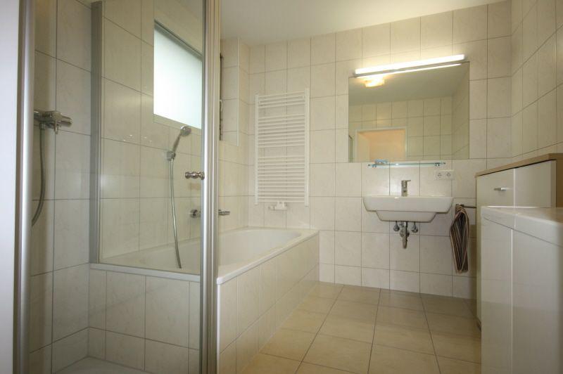 Badezimmer mit Fliesenboden