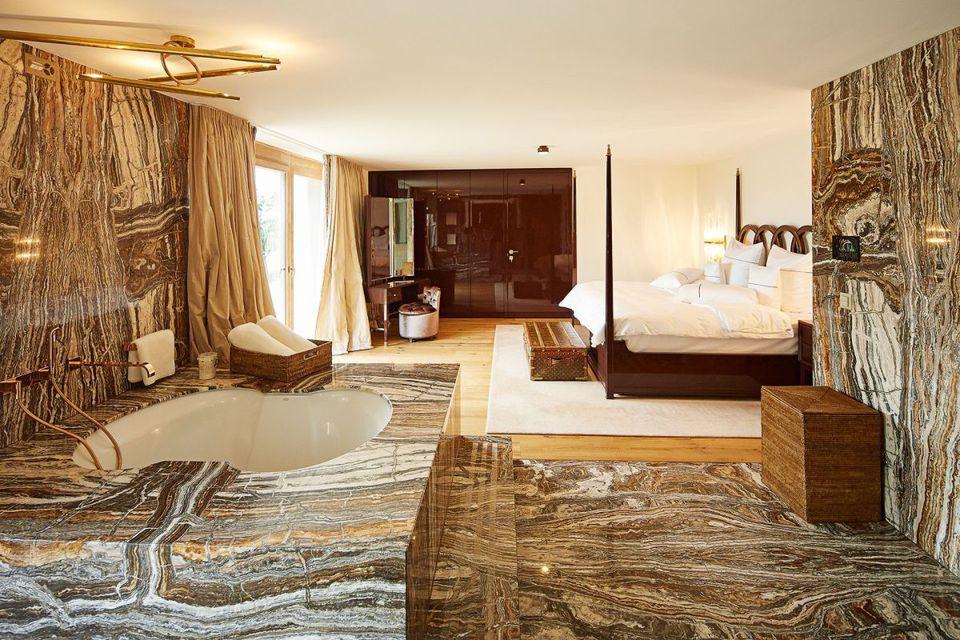Zimmer mit luxuriösem Sanitärbreich