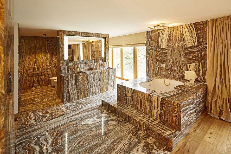 Badezimmer mit Hartholzboden, Natürliches Licht