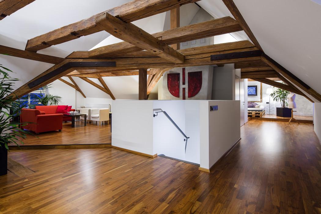 Wohnzimmer unter Dachboden mit Dachschräge