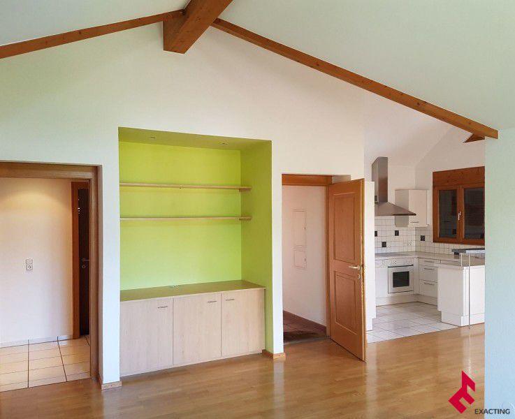 Leeres Zimmer mit Gewölbedecke, Hartholzboden, Edelstahl, Fliesenboden