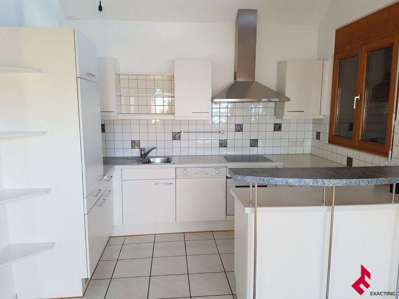 Küche mit Gewölbedecke, Fliesenboden, Edelstahl