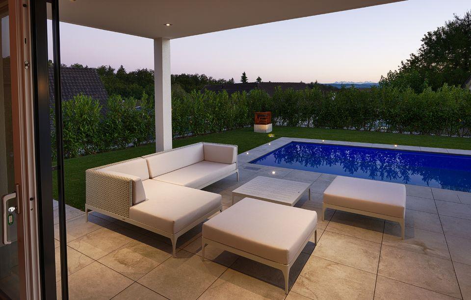 Swimmingpool mit Rasen, Swimmingpool, Außenwohnbereich