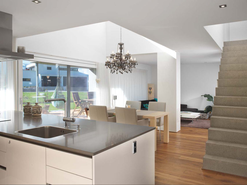 Küche mit Gewölbedecke, Hartholzboden, Kücheninsel, Kronleuchter, Natürliches Licht