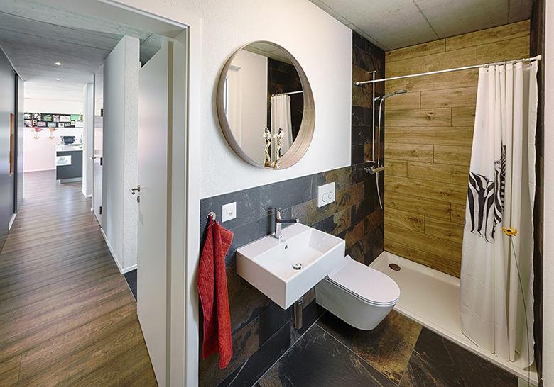 Badezimmer mit Hartholzboden