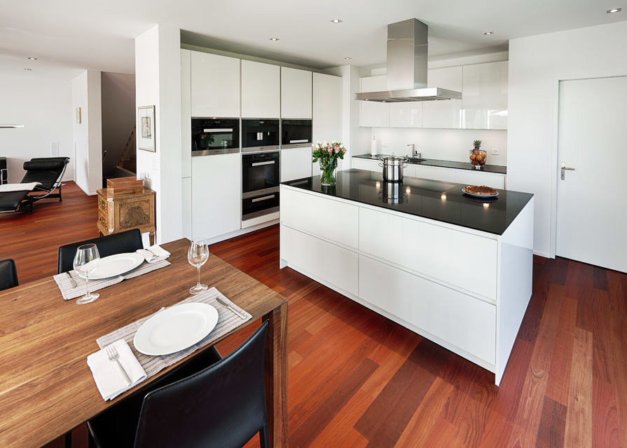 Küche mit Hartholzboden, Kücheninsel, Edelstahl