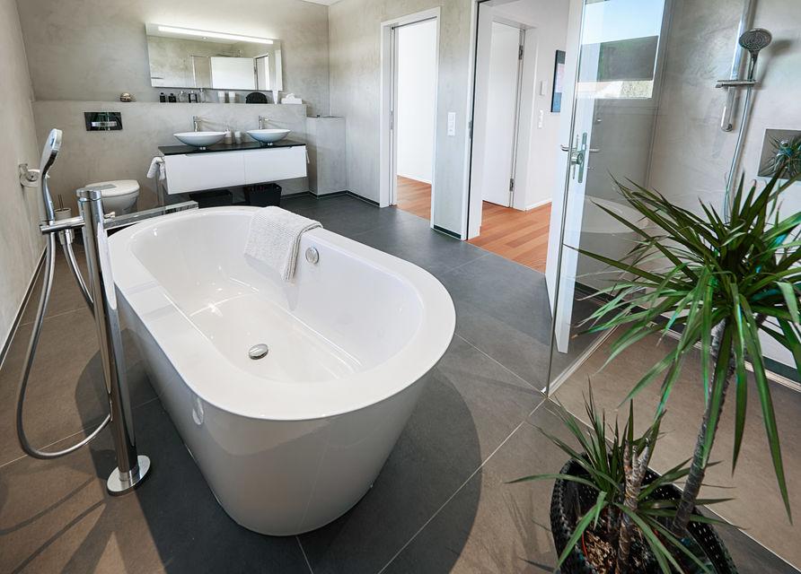Badezimmer mit Hartholzboden, Fliesenboden