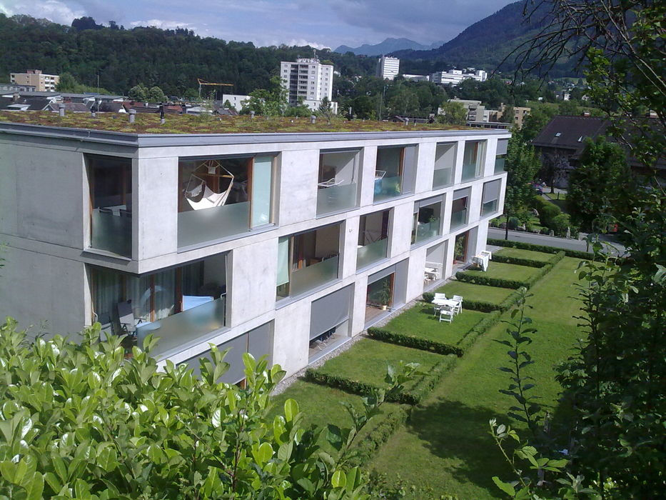 Außengebäude mit Rasen, Bergblick
