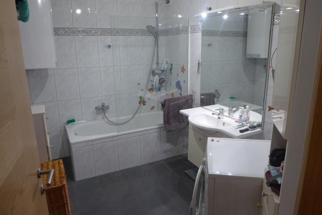 Badezimmer mit Badewanne und Waschmaschinenanschluß