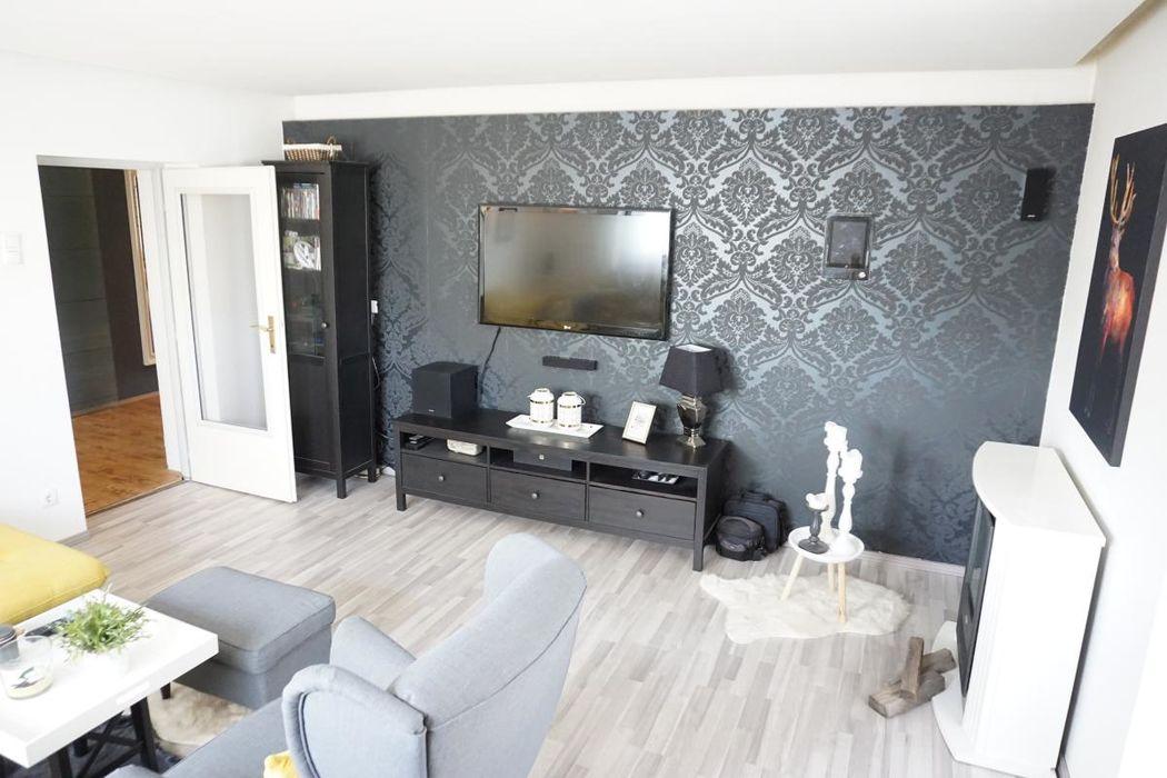 Modernes Wohnzimmer mit viel Tageslicht