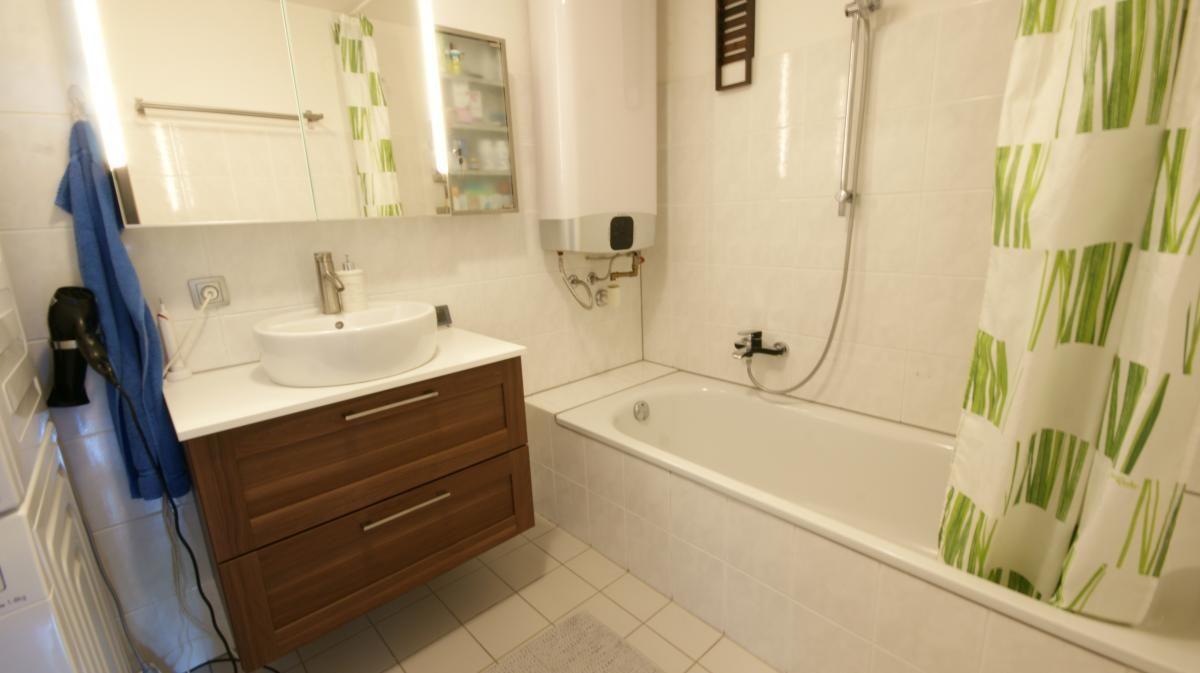 Praktisches Bad mit Wanne