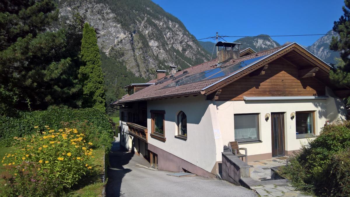 Hausansicht Rückseite mit Terrasse