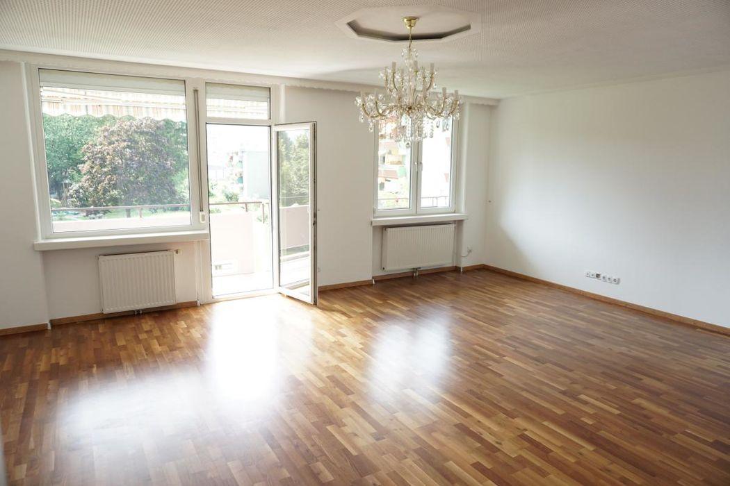 Helles, großes Wohnzimmer mit Balkonzugang