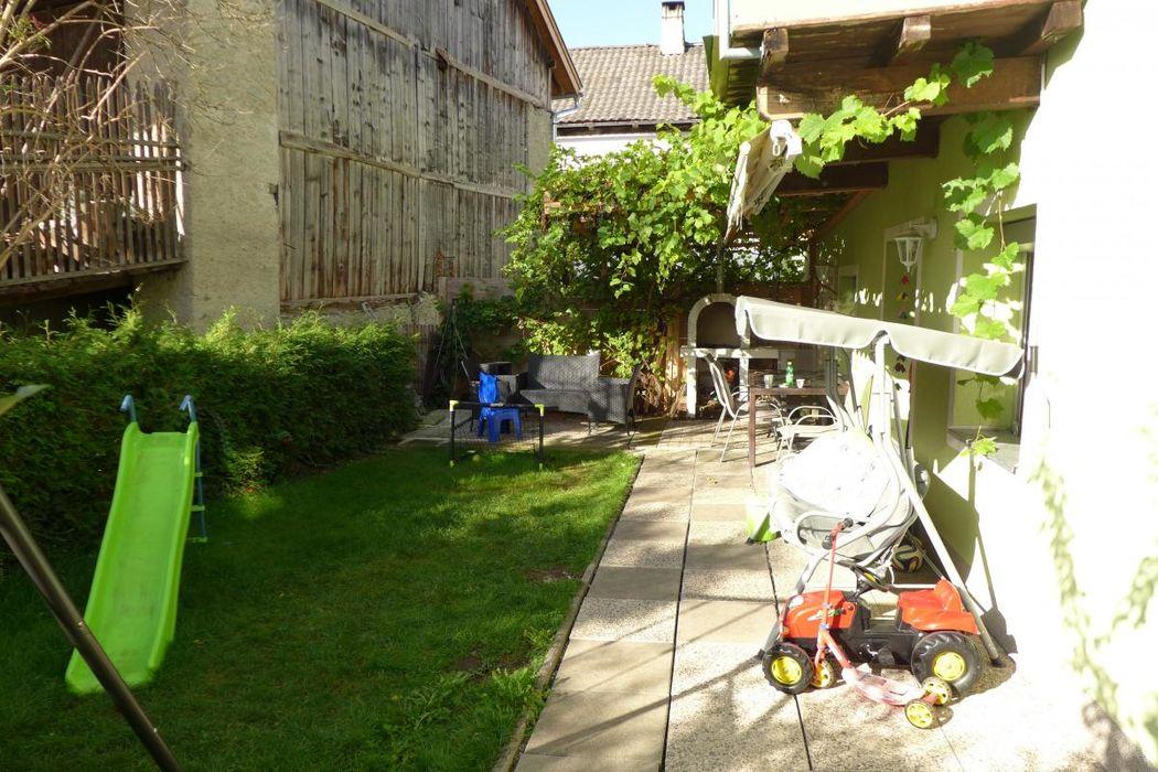 Garten mit feiner Weinlaube