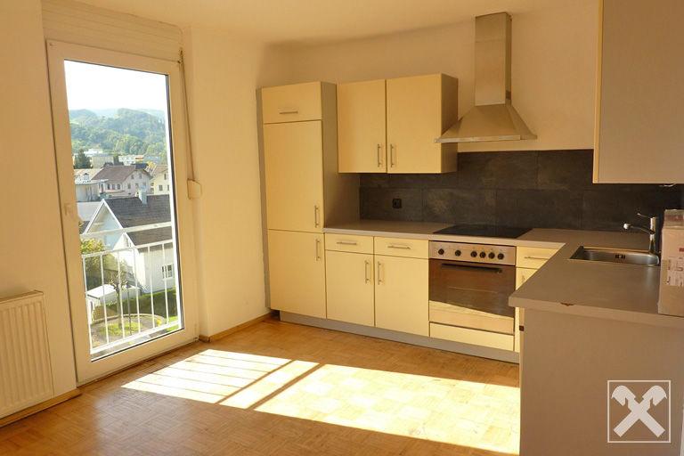 Küche mit Hartholzboden, Edelstahl, Natürliches Licht
