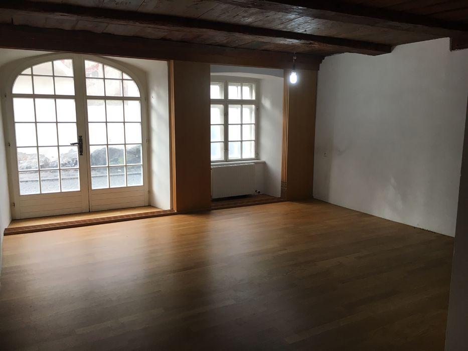 Leeres Zimmer mit Hartholzboden, Balkendecke, Französische Türen, Natürliches Licht