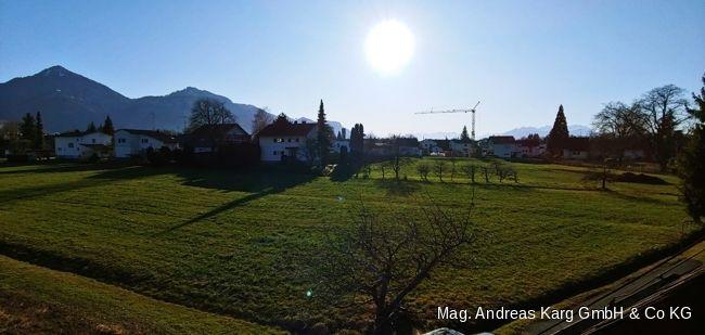 Hinterhof mit Rasen, Bergblick