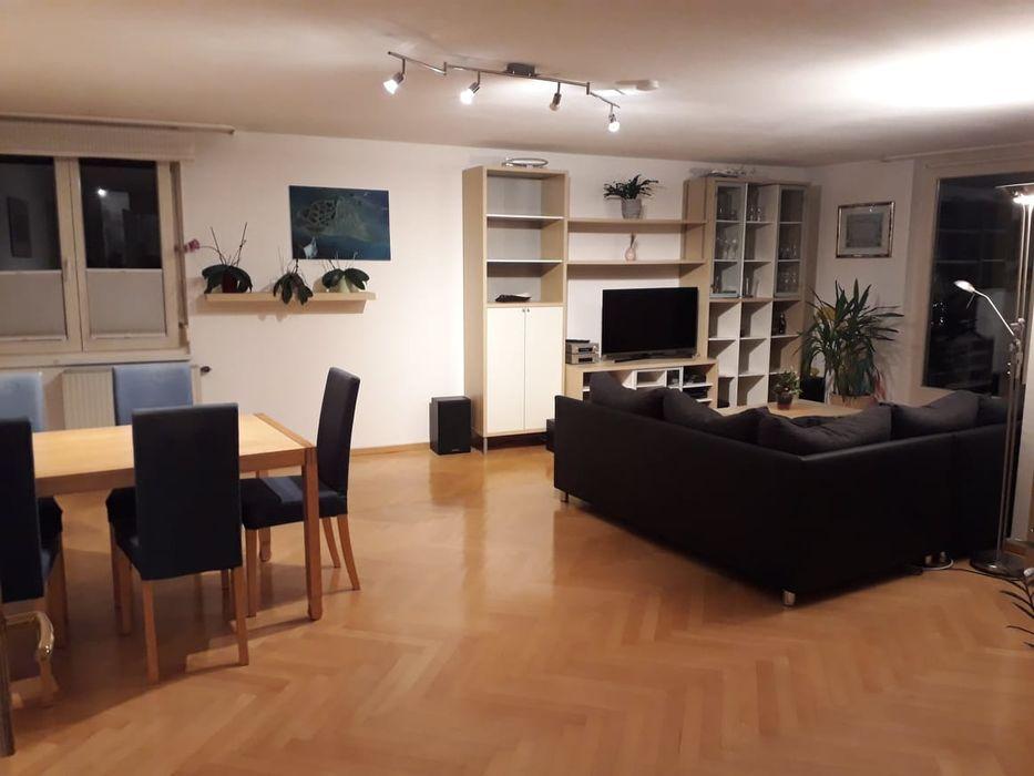 Wohnzimmer mit Hartholzboden