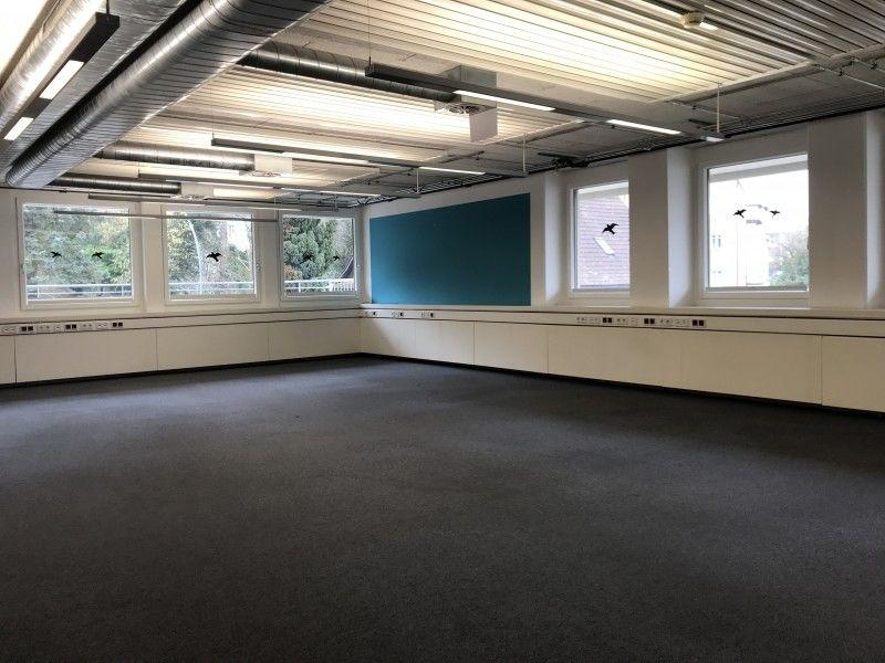 Leeres Zimmer mit Natürliches Licht, Balkendecke, Teppich