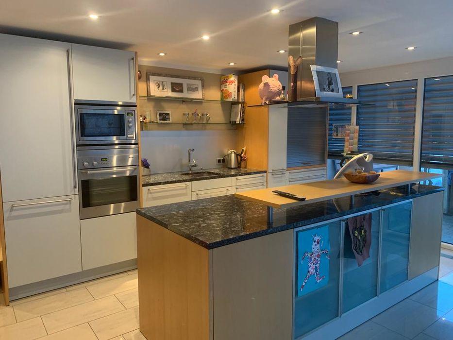 Küche mit Fliesenboden, Kücheninsel, Edelstahl
