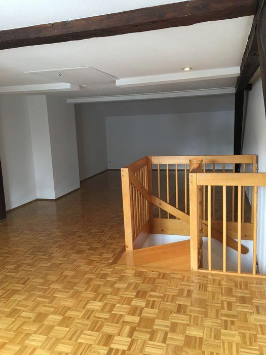 Leeres Zimmer mit Hartholzboden, Balkendecke
