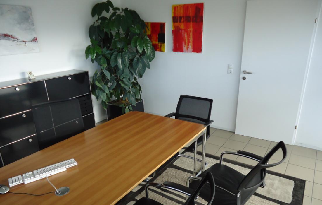 Büro mit Fliesenboden