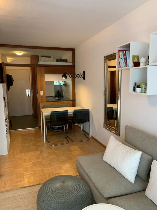 Wohnzimmer mit Fliesenboden