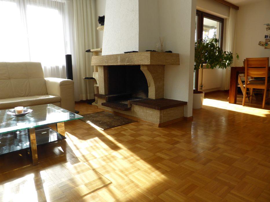 Wohnzimmer mit Hartholzboden, Feuerstelle, Natürliches Licht