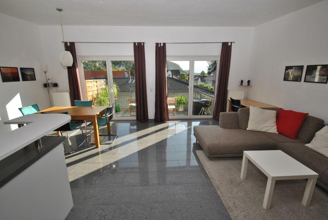 Wohnzimmer mit Fliesenboden, Natürliches Licht