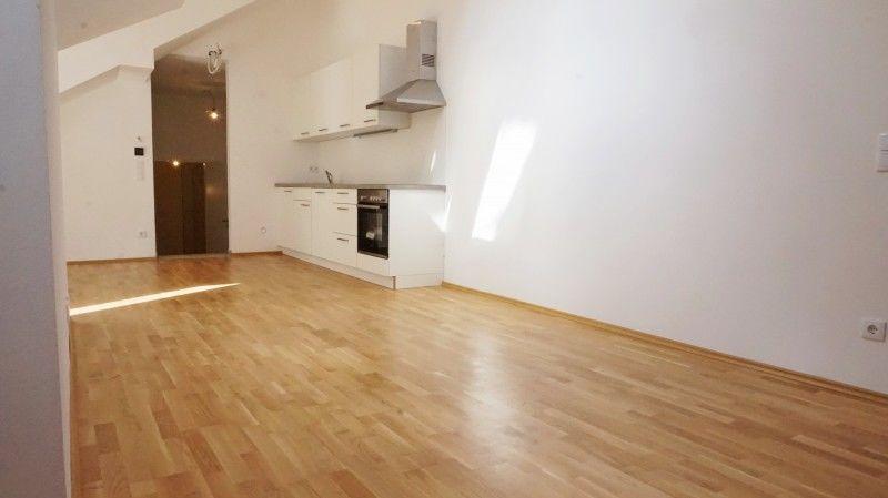 Leeres Zimmer mit Hartholzboden