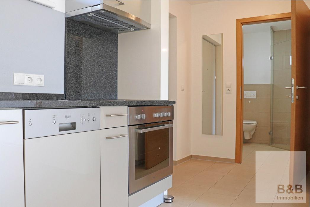 Küche mit Fliesenboden, Edelstahl
