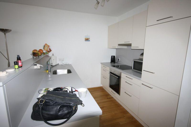 Küche mit Hartholzboden, Deckenventilator