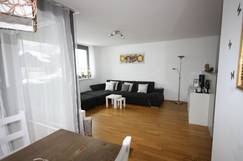 Wohnzimmer mit Hartholzboden, Natürliches Licht